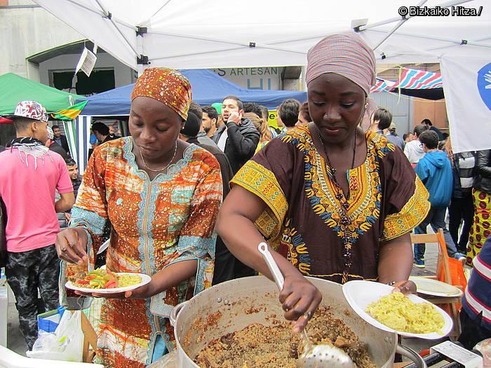 Aniztasunaren aldeko aldarria arroz plater baten inguruan
