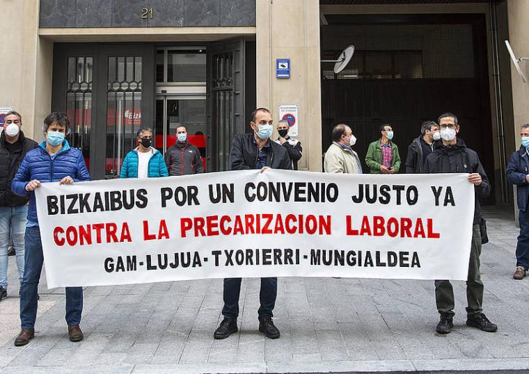 Txorierriko eta Uribe Butroeko Bizkaibuseko langileak protestan dira